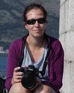 zittend aan zee met camera