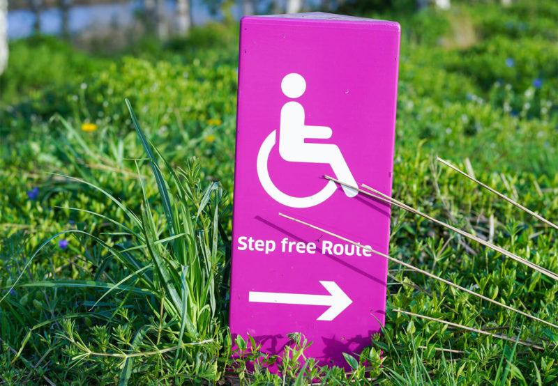 Bordje in het gras met de tekst step free route'