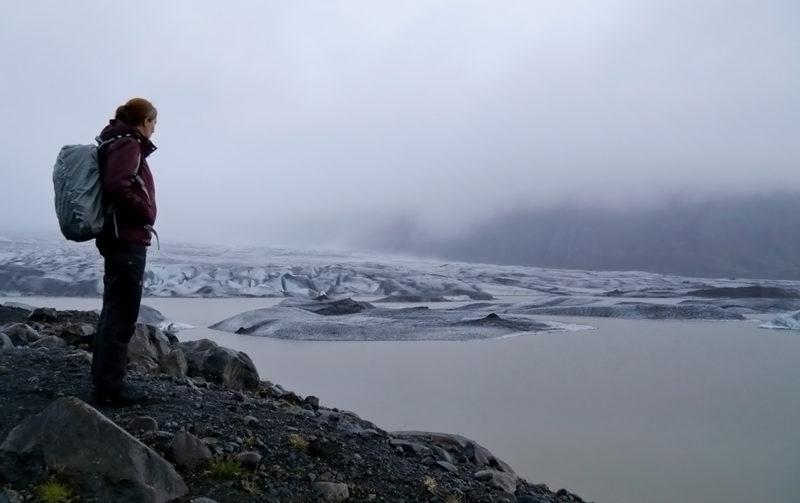 Janita uitkijkend over gletsjer in IJsland